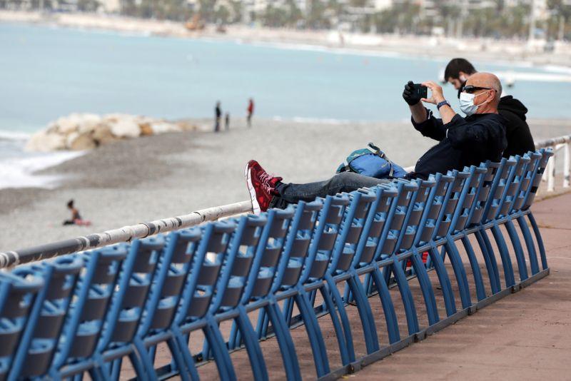 © Reuters. BRONZETTE INTERDITE : LES PLAGES DE LA CÔTE D'AZUR DE NOUVEAU OUVERTES