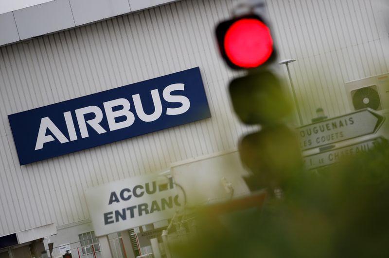 © Reuters. AIRBUS ANNONCE LA SUPPRESSION DE 15.000 POSTES