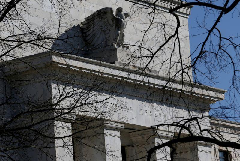 © Reuters. LA FED LIMITE LES DIVIDENDES DES GRANDES BANQUES