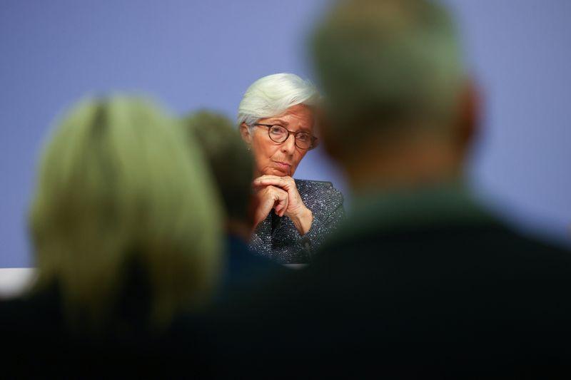 © Reuters. LA BCE TABLE SUR UNE CHUTE DE 13% DU PIB DE LA ZONE EURO AU DEUXIÈME TRIMESTRE