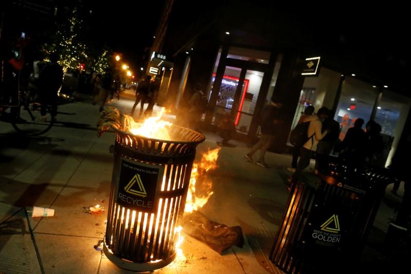 © Reuters. LES VILLES AMÉRICAINES SE PRÉPARENT À UNE NOUVELLE NUIT DE VIOLENCES