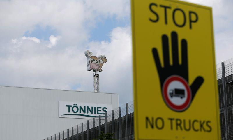 © Reuters. CORONAVIRUS: PLUS DE 1.000 CONTAMINÉS DANS UN ABATTOIR EN ALLEMAGNE