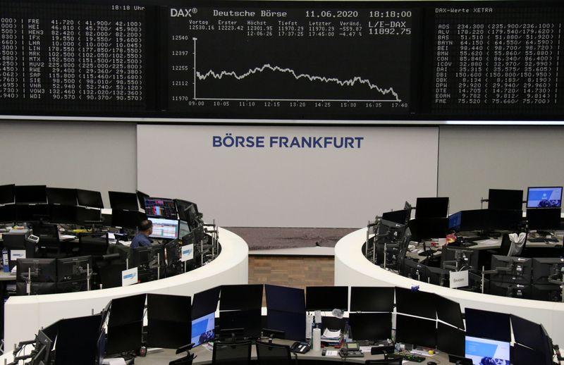 © Reuters. LES BOURSES EUROPÉENNES EN BAISSE À MI-SÉANCE