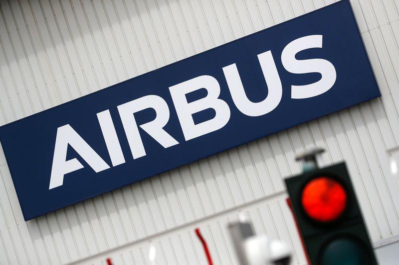 © Reuters. AIRBUS RÉDUIT SA PRODUCTION D'A350, PERTE SUPÉRIEURE AUX ATTENTES AU 2E TRIMESTRE