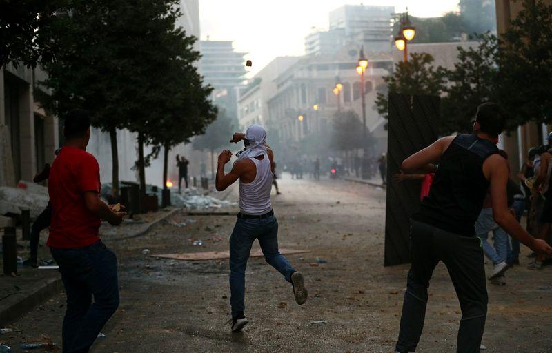 © Reuters. NOUVEAUX AFFRONTEMENTS ENTRE MANIFESTANTS ET POLICIERS À BEYROUTH