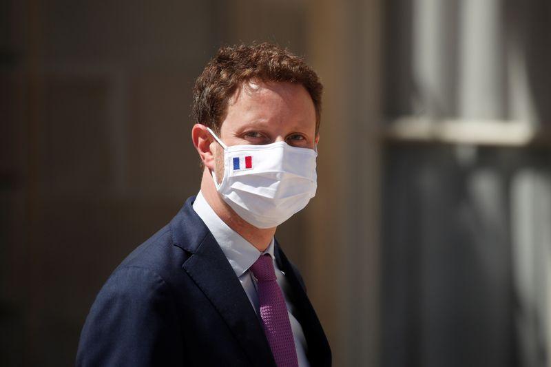 © Reuters. CORONAVIRUS: PARIS REGRETTE LA QUATORZAINE IMPOSÉE PAR LONDRES, QUI VA ENTRAÎNER