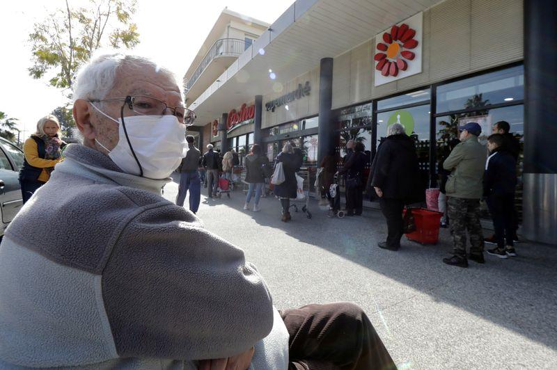 © Reuters. PLUSIEURS VILLES RENDENT LE MASQUE OBLIGATOIRE DANS LA RUE
