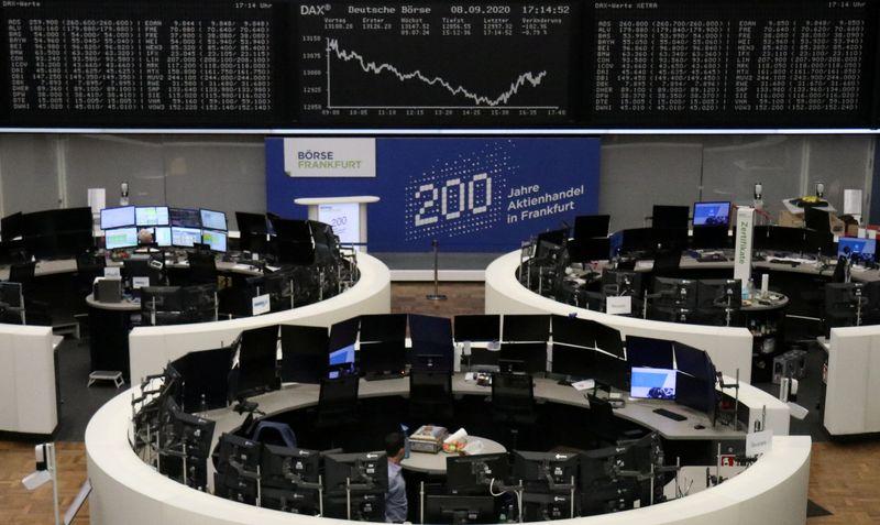 © Reuters. LES BOURSES EUROPÉENNES TERMINENT DANS LE ROUGE
