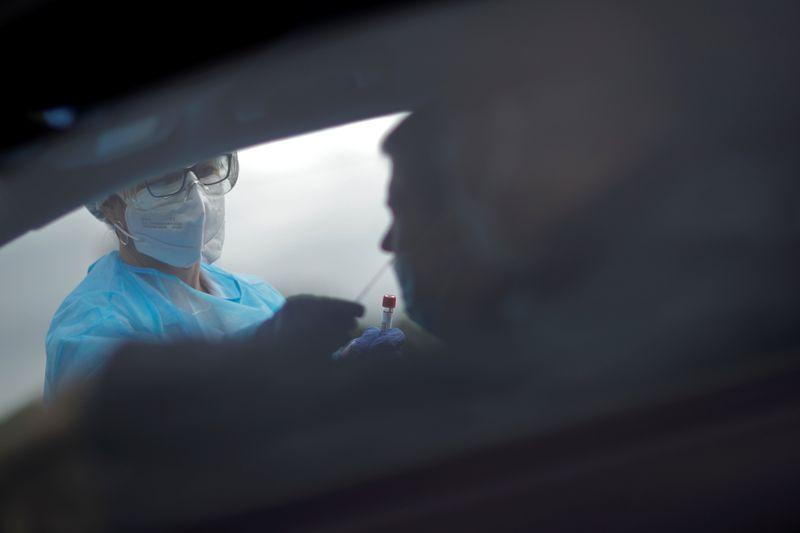 © Reuters. CORONAVIRUS: L'ÉPIDÉMIE ACCÉLÈRE EN FRANCE AVEC PRÈS DE 27.000 NOUVEAUX CAS