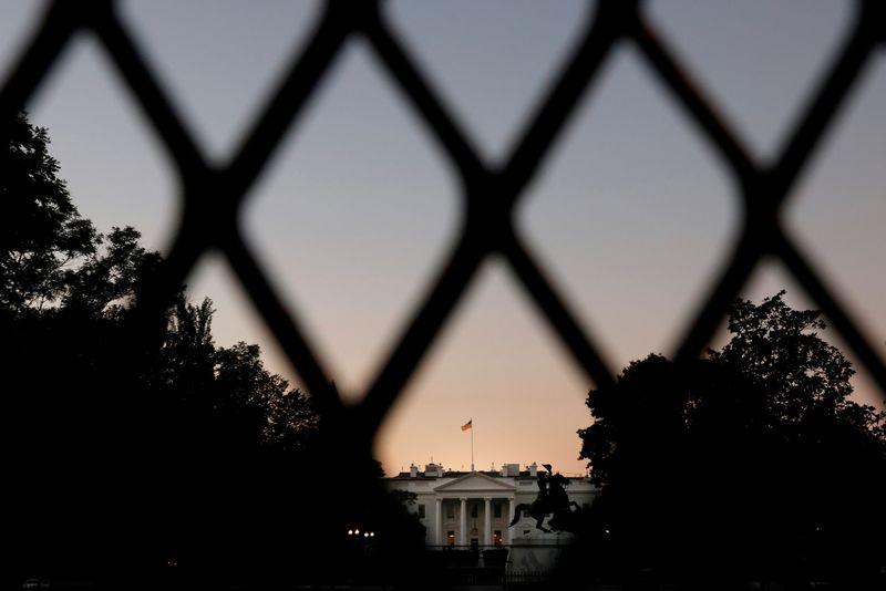 © Reuters. TRUMP REFUSE UN DÉBAT À DISTANCE AVEC BIDEN
