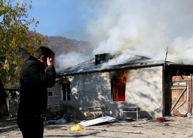 © Reuters. AU HAUT-KARABAKH, LES ARMÉNIENS BRÛLENT LEURS MAISONS AVANT DE PARTIR