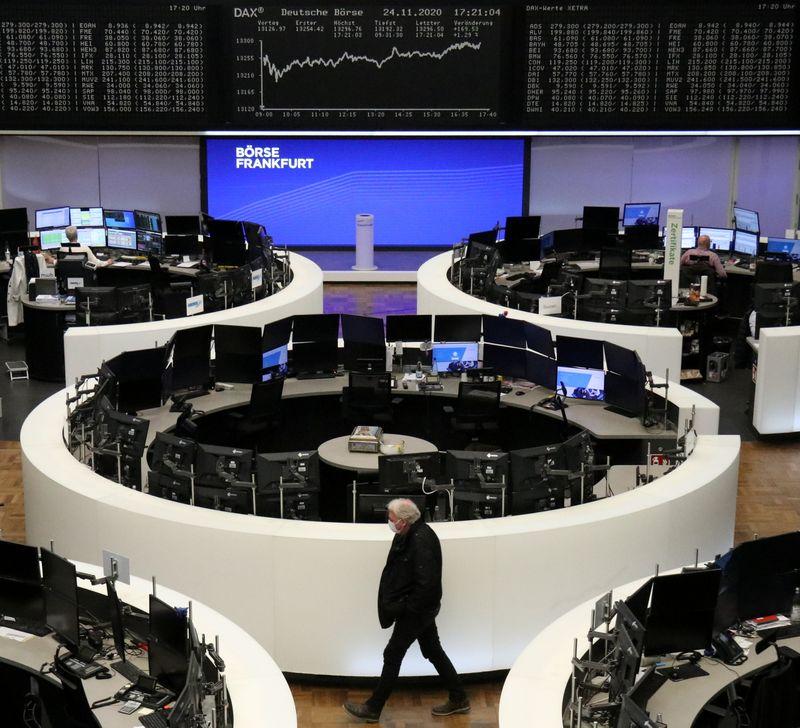 © Reuters. EUROPE RECULE LÉGÈREMENT À MI-SÉANCE, À L'EXCEPTION DU CAC 40