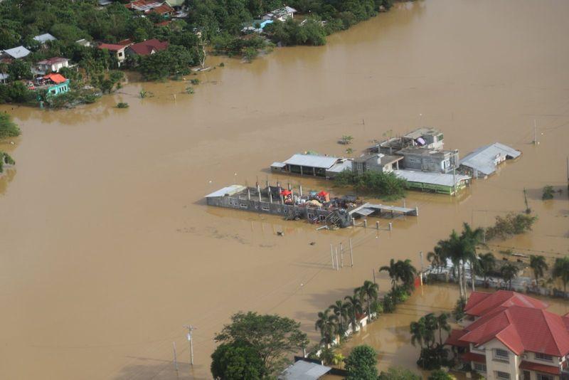 © Reuters. PHILIPPINES : DES MILLIERS DE PERSONNES SECOURUES DANS LE NORD APRÈS LE TYPHON