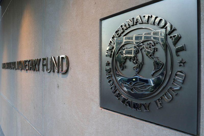 © Reuters. L'ÉCONOMIE MONDIALE SE REDRESSE MAIS LA REPRISE POURRAIT PERDRE DE L'ÉLAN, SELON LE FMI