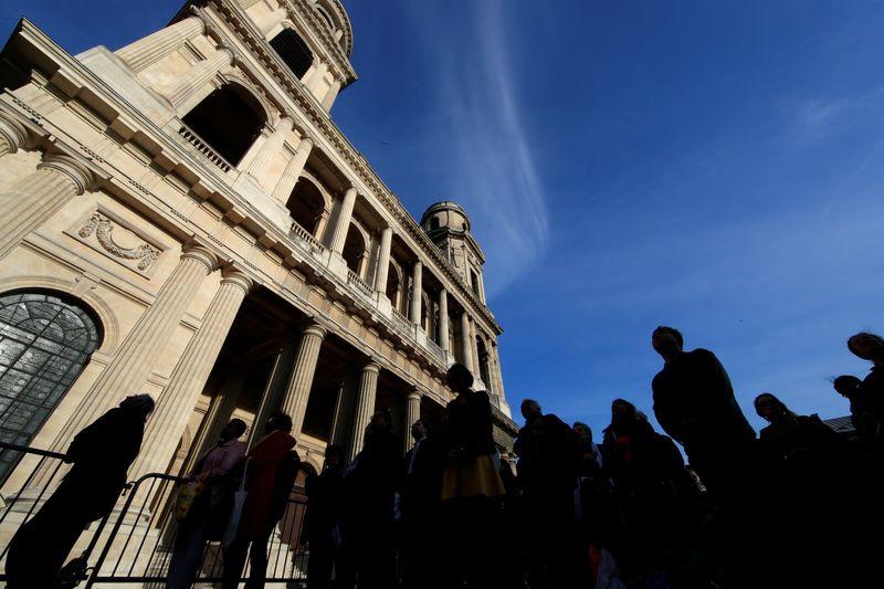 © Reuters. PARIS: LA PRÉFECTURE INTERDIT UN RASSEMBLEMENT PRÉVU DIMANCHE DEVANT L'ÉGLISE SAINT-SULPICE