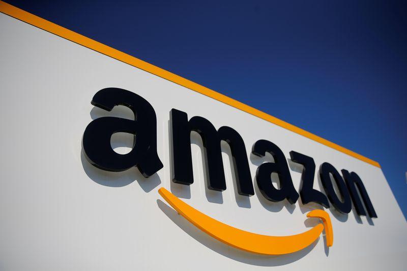 © Reuters. FRANCE: AMAZON REPORTE LE BLACK FRIDAY, LA RÉOUVERTURE DES COMMERCES DISCUTÉE