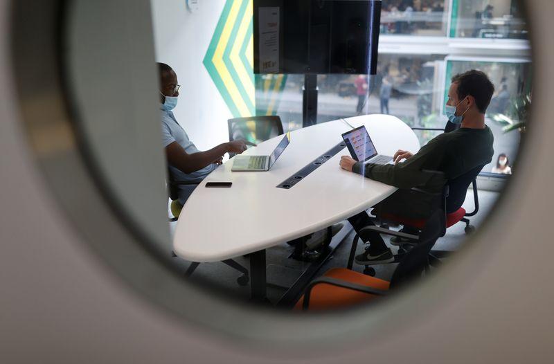 © Reuters. LE COUP DE SANG DU GOUVERNEMENT POUR GÉNÉRALISER LE TÉLÉTRAVAIL