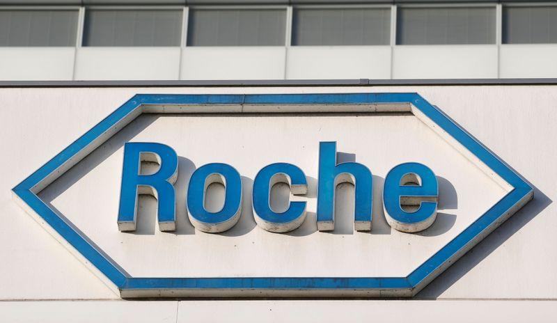 © Reuters. ROCHE EST À SUIVRE À LA BOURSE DE ZURICH