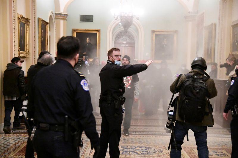 © Reuters. USA: DES PARTISANS DE TRUMP SÈMENT LE CHAOS À WASHINGTON