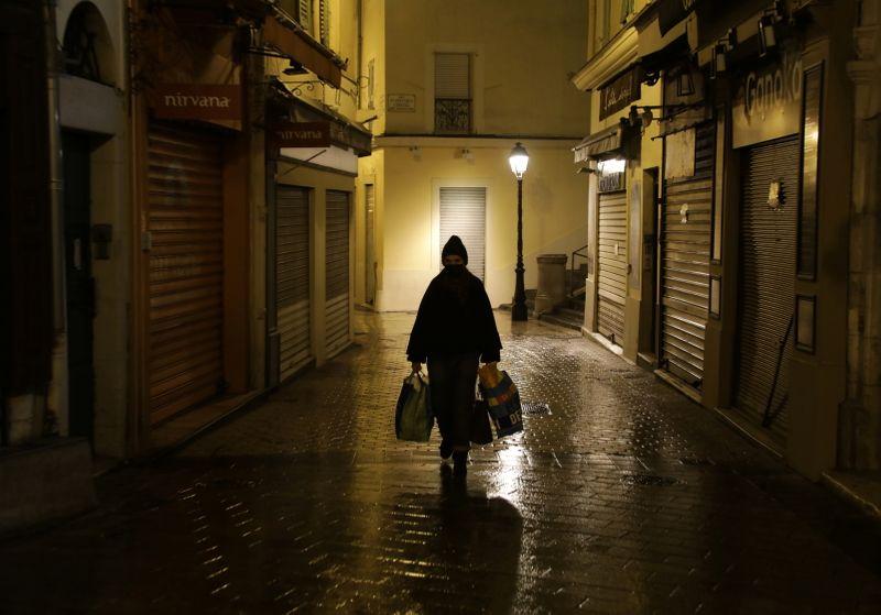 © Reuters. CORONAVIRUS: LA FRANCE SOUS COUVRE-FEU PASSE LE CAP DES 70.000 MORTS