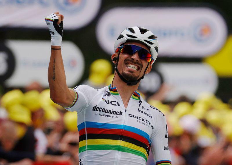 La pancarte d'une spectatrice provoque une chute du peloton du Tour de France