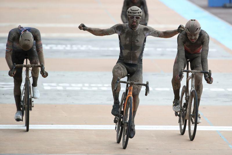 Sonny Colbrelli s'adjuge Paris-Roubaix dans des conditions dantesques