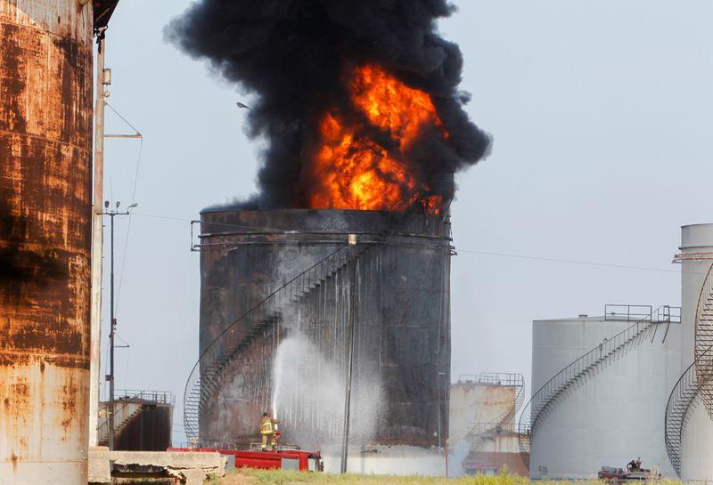 Liban: Un réservoir d'essence d'une installation pétrolière prend feu